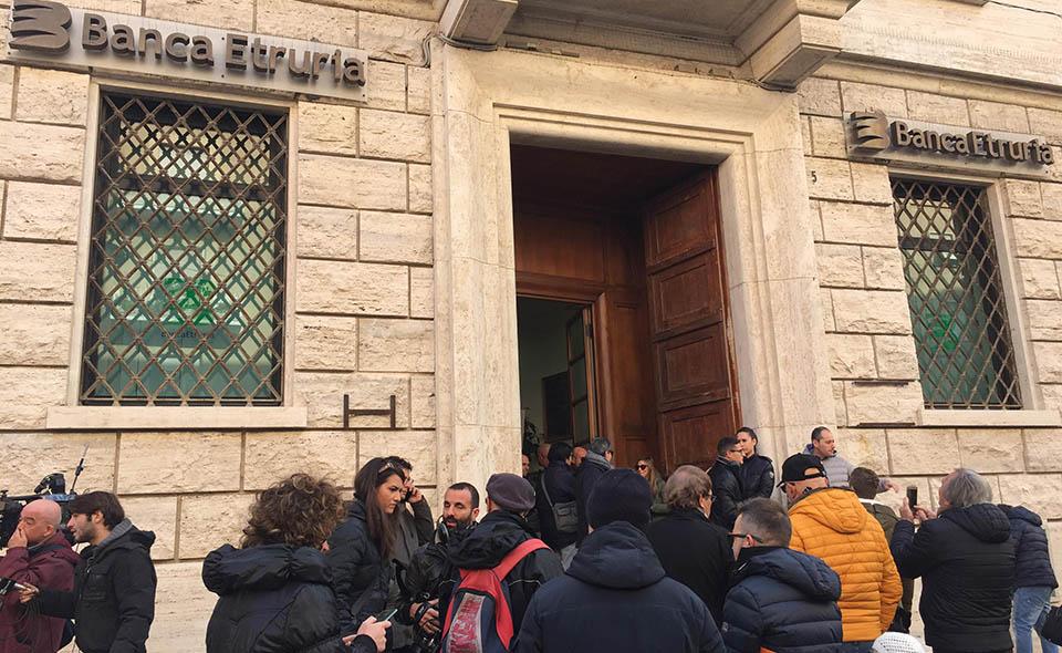 La protesta del Codacons davanti alla sede di Banca Etruria, Civitavecchia, 30 dicembre 2015.
