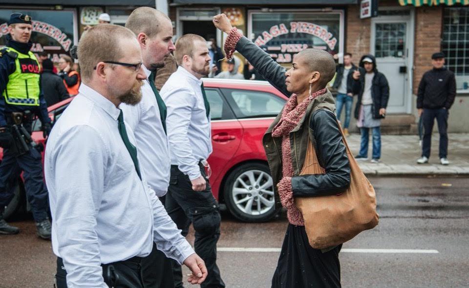 Da sola a pugno chiuso sfida 300 neonazisti in Svezia