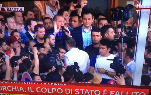 Erdogan arringa la folla