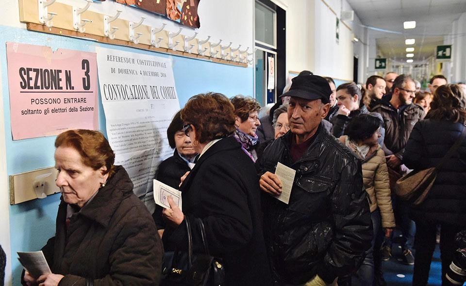 Elettori in attesa di votare per il referendum costituzionale al seggio n 3 alla scuola Edmundo de Amicis a Pontassieve (Firenze), 4 dicembre 2016. ANSA/ MAURIZIO DEGL'INNOCENTI