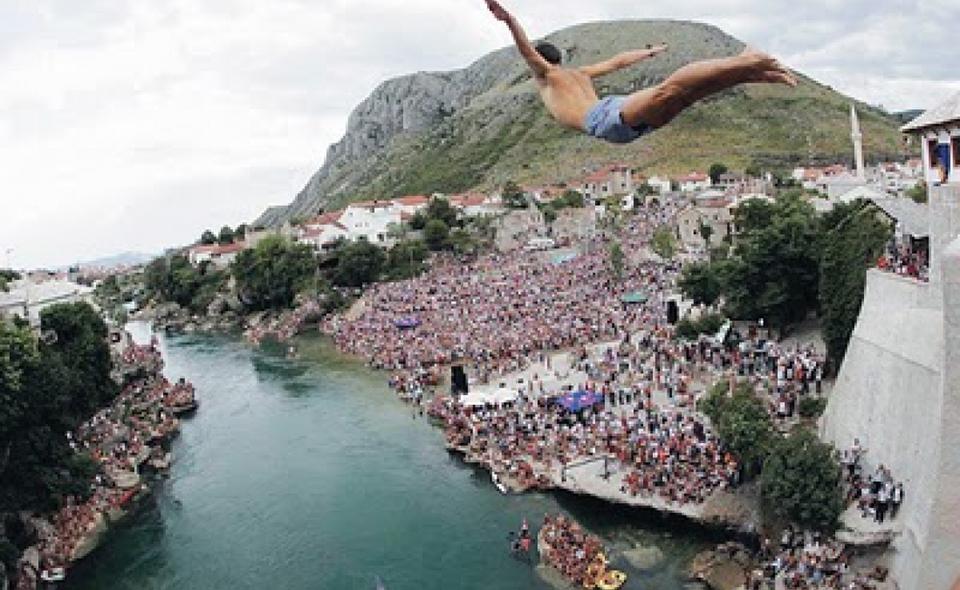 Giovane che si tuffa sulla Neretva dal ponte di Mostar
