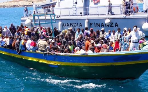 Lampedusa_Barca_di_migranti_viene_aiutata_ad_attraccare_dalla_nave_della_Guardia_di_Finanza