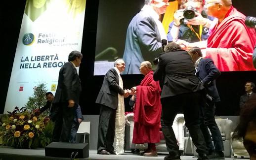 Stretta di mano tra Enrico Rossi e il Dalai Lama al Festival delle Religioni al Mandela Forum