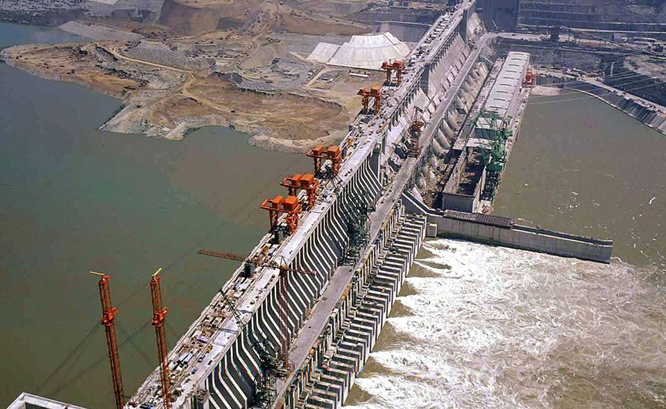 20060206 - PECHINO - CRO - CINA: TRE GOLE, LA DIGA PRONTA TRA POCHI MESI - Una veduta aerea d'archivio, del 24 maggio 2003, della diga delle Tre Gole sul fiume Yangtze, in Cina. Il piu' imponente manufatto del gigantesco sistema di dighe verra' completato in maggio, con tre anni di anticipo sul previsto. Lo afferma oggi il quotidiano China Daily.    ANDREW K/ANSA-ARCHIVIO/TO