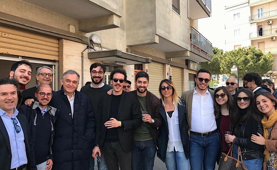 Nella foto: I giovani sostenitori di Articolo Uno di Ostuni con Enrico Rossi