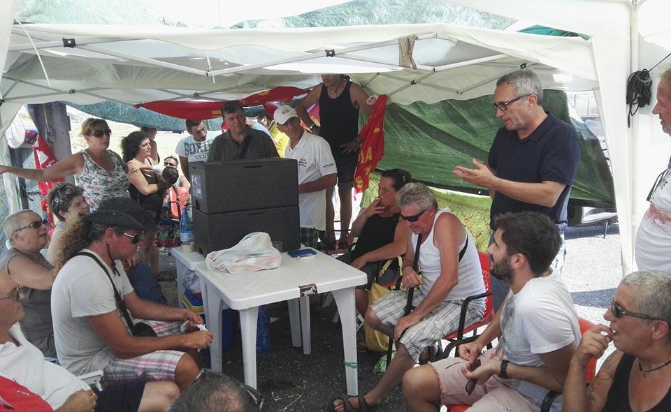 Nella foto: I lavoratori della TMM presidiano la fabbrica dichiarata in liquidazione